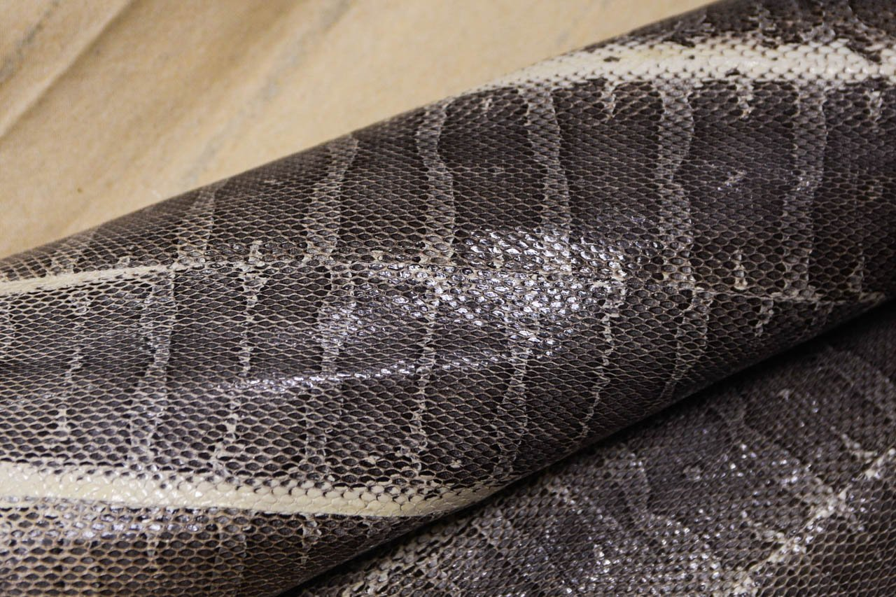 Изделиями из кожи морской змеи